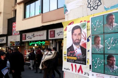 İran'da 26 Şubat'ta düzenlenecek İran Meclisi seçimlerine katılacak adaylar için bir hafta sürecek seçim propagandası süresi başladı. İran Meclisi seçimleri için adaylara ait afişler, Tahran cadde ve sokaklarına asıldı. Fotoğrafta Reformist Parti Milletvekili Adayı İlyas Hazreti ve Muhammed Hoseyni'ye ait posterler görülüyor.  ( Fatemeh Bahrami - Anadolu Ajansı )