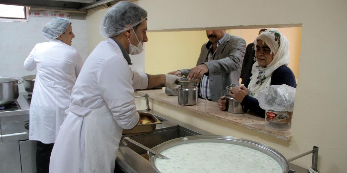 Elazığ'da Keban Kaymakamlığı Sosyal Yardımlaşma ve Dayanışma Vakfının (SYDV) bünyesinde 14 yıldır hizmet veren aşevinden ihtiyaç sahipleri ve bakıma muhtaç yaşlılar ile öğrenciler karınlarını doyuruyor. ( Ramazan Kaya - AA )
