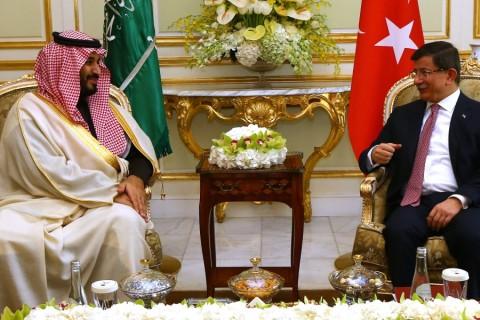Başbakan Ahmet Davutoğlu, Suudi Arabistan'a gerçekleştirdiği resmi ziyaretin üçüncü ve son durağı Riyad'daki temasları kapsamında Suudi Arabistan Savunma Bakanı Muhammed Bin Selman'ı kabul etti. ( Hakan Göktepe - Anadolu Ajansı )