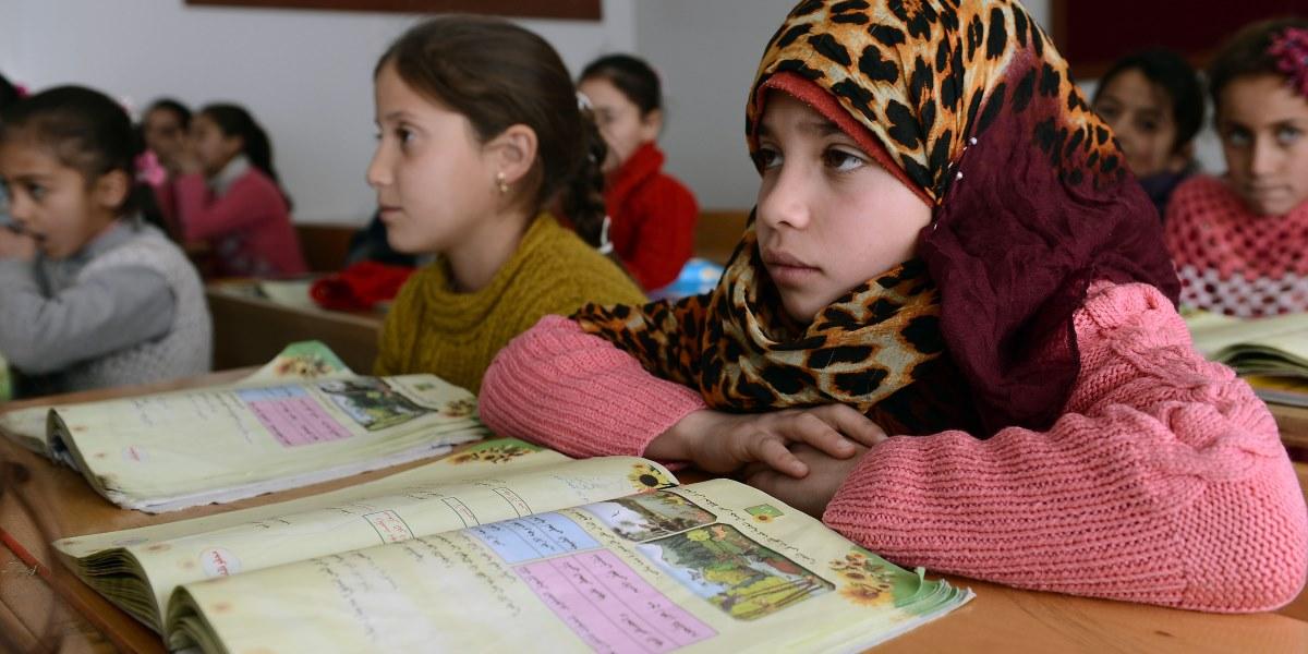 Suriye'de yaklaşık 5 yıldır süren savaşın küçük mağdurları, sığındıkları Türkiye'de aldıkları eğitimle ülkelerinin geleceğini şekillendirmeye hazırlanıyor. 80 bini kamplarda olmak üzere 300 bini aşkın Suriyeli öğrencinin eğitim gördüğü Türkiye'de, kendi dillerinde ülkelerinin müfredatına uygun şekilde,  klimalı ve tam donanımlı sınıflarda eğitim alan çocuklara her türlü imkan sağlanıyor. Malatya'daki Beydağı Konaklama Tesisi'nde misafir edilen ve konteyner kente kurulan okulda 3 bin 400 öğrenci eğitim görüyor. ( Volkan Kaşik - Anadolu Ajansı )