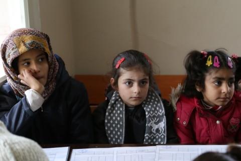 Suriye'deki iç savaştan aileleriyle kaçan ve Hatay'ın Reyhanlı ilçesindeki geçici eğitim merkezlerinde okullarına devam eden öğrenciler karnelerini aldı. İlçede 800 öğretmenin görev yaptığı 32 geçici eğitim merkezindeki 13 bin 640 öğrenci karnelerini alırken sevinç yaşadı ( Cem Genco - AA )