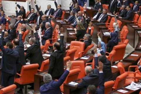 CHP Bolu Milletvekili Tanju Özcan'a, TBMM Başkanı İsmail Kahraman'a yönelik sözleri nedeniyle Meclisten geçici olarak üç birleşim çıkarma cezası verildi. Özcan'ın Meclisten gecici olarak 3 birleşim çıkarma cezası verilmesi oya sunuldu. AK Parti'nin oylarıyla Özcan'a ceza verilirken, muhalefet milletvekilleri sıra kapaklarına vurarak tepki gösterdi, AK Parti milletvekilleri alkışladı. ( Ahmet İzgi - Anadolu Ajansı )