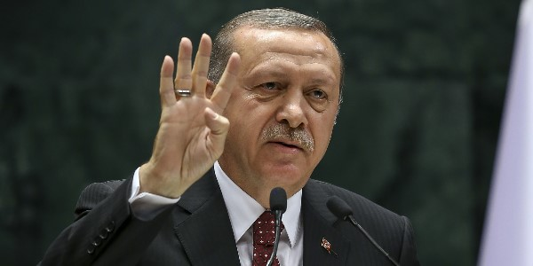 """Cumhurbaşkanı Recep Tayyip Erdoğan, Türkiye Odalar ve Borsalar Birliği (TOBB) İkiz Kuleler'de yapılan """"TOBB 72. Genel Kurul Hizmet Şeref Belgesi ve Plaket Töreni""""ne katılarak konuşma yaptı.  ( Gökhan Balcı - Anadolu Ajansı )"""