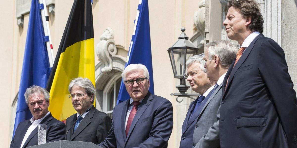 İngiltere'nin AB'den ayrılma kararının ardından birliğin kurucu altı ülkesinin dışişleri bakanları Almanya'nın başkenti Berlin'de bulunan Villa Borsig'de bir araya gelmesin ardından basın toplantısı düzenledi. Toplantıya, Lüksemburg Dışişleri Bakanı Jean Asselborn (solda), İtalya Dışişleri Bakanı Paolo Gentiloni (sol 2), Almanya Dışişleri Bakanı Frank-Walter Steinmeier (sol 3), Belçika Dışişleri Bakanı Didier Reynders (sağ 3), Fransa Dışişleri Bakanı Jean-Marc Ayrault (sağ 2) ve Hollanda Dışişleri Bakanı Bert Koenders (sağda) katıldı.  ( Mehmet Kaman - Anadolu Ajansı )