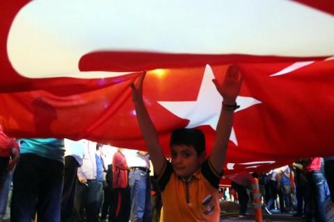 """Rize'de vatandaşlar, Fetullahçı Terör Örgütü'nün (FETÖ) darbe girişimine tepkilerini sürdürdü.  Türkiye Halter Şampiyonası için 81 ilden gelen sporcular ile vatandaşların katılımıyla 100 metre uzunluğunda Türk bayrağı ile birlikte """"Milli İradeye ve Demokrasiye Sahip Çıkma Yürüyüşü"""" gerçekleştirildi. rganize edildi. ( Salih Yıldırım - Anadolu Ajansı )"""