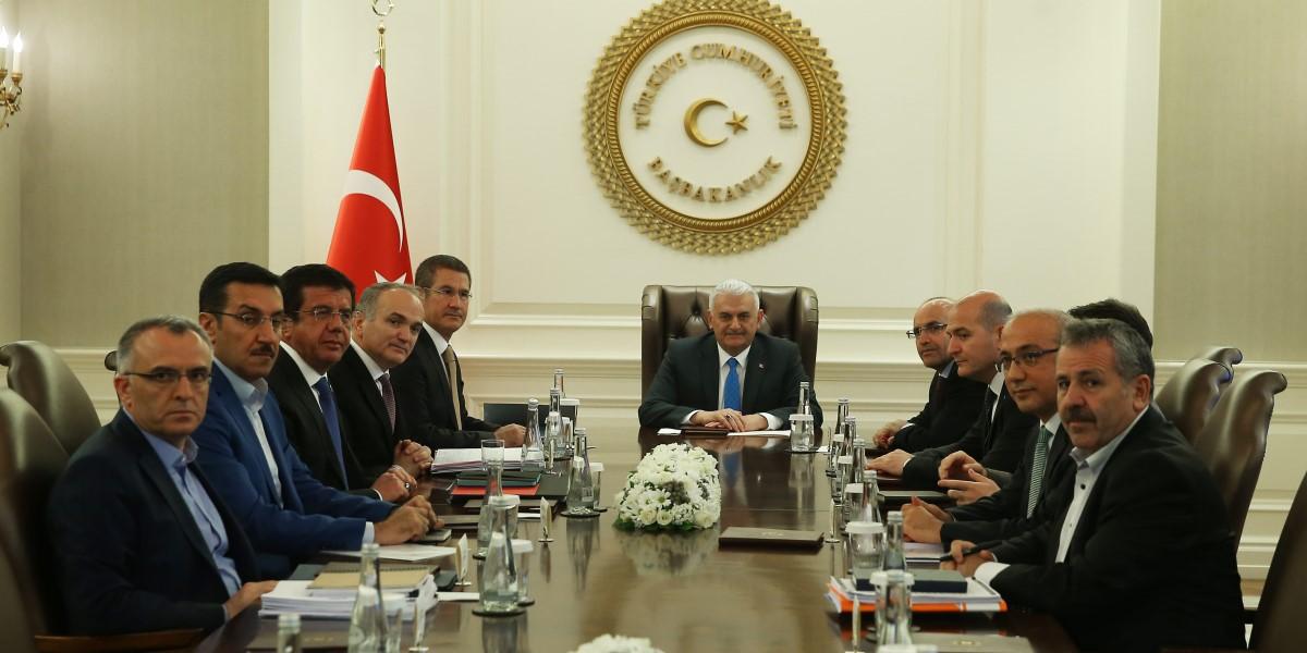 Ekonomi Koordinasyon Kurulu, Başbakan Binali Yıldırım başkanlığında toplandı. Toplantıya, Başbakan Yardımcıları Nurettin Canikli (sol 5) ve Mehmet Şimşek (sağ 5) ile Bilim, Sanayi ve Teknoloji Bakanı Faruk Özlü (sol 4), Ekonomi Bakanı Nihat Zeybekci (sol 3), Enerji ve Tabii Kaynaklar Bakanı Berat Albayrak, Çalışma ve Sosyal Güvenlik Bakanı Süleyman Soylu (sağ 4), Gümrük ve Ticaret Bakanı Bülent Tüfenkçi (sol 2), Kalkınma Bakanı Lütfi Elvan (sağ 2), Maliye Bakanı Naci Ağbal (solda) ve ilgili bürokratlar katılıdı.  ( Başbakanlık / Mustafa Aktaş - Anadolu Ajansı )