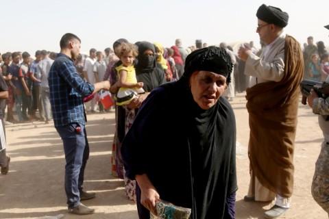 Irak'ta terör örgütü DAEŞ'in kontrolündeki Musul kentine bağlı köylerden kaçan Iraklı iç göçmenler, Musul'un güneyinde yer alan ElKayyara kasabasına bağlı Tina köyünde oluşturulan geçici çadır kampına yerleştirildi. Çeşitli kuruluşların gönderdiği yardımlarla ayakta kalmaya çalışan sığınmacılar,  zor şartlar altında yaşamlarını sürdürmeye çalışıyor.  ( Yunus Keleş - Anadolu Ajansı )