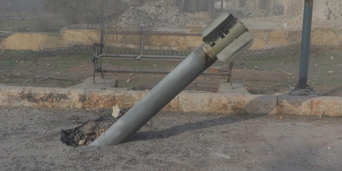Suriye ordusu, Halep'in doğu kesimlerinde muhaliflerin kontrolünde yer alan Sukkeri semtindeki yerleşim alanına füzelerle saldırdı. Fotoğrafta İnfilak etmeyen füze görülüyor.  ( İbrahim Ebu Leys - Anadolu Ajansı )