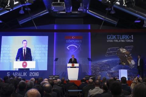 Cumhurbaşkanı Recep Tayyip Erdoğan, Hava Kuvvetleri Komutanlığı ve Savunma Sanayi Müsteşarlığı ev sahipliğinde Türk Havacılık ve Uzay Sanayi AŞ (TUSAŞ) Akıncı tesislerinde düzenlenen GÖKTÜRK-1 uydusunu faaliyete alma törenine katılarak konuşma yaptı. ( Gökhan Balcı - Anadolu Ajansı )