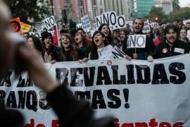 İspanya'da sağ görüşlü Halk Partisinin (PP) lideri Mariano Rajoy'un azınlık hükümeti, mecliste yapılan 2. tur oylamada güvenoyu aldı. Güven oylaması yapıldığı sırada meclis binasının sadece 200 metre uzaklığında hükümet karşıtı büyük bir gösteri düzenlendi.  ( Burak Akbulut - Anadolu Ajansı )