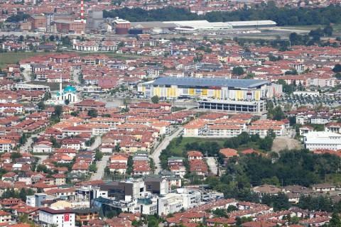 Marmara Depremi sonrası başlatılan çalışmalarla yeniden ayağa kalkan Sakarya, yeniden cazibe merkezi kentlerden biri haline geldi. ( İbrahim Yozoğlu - Anadolu Ajansı )