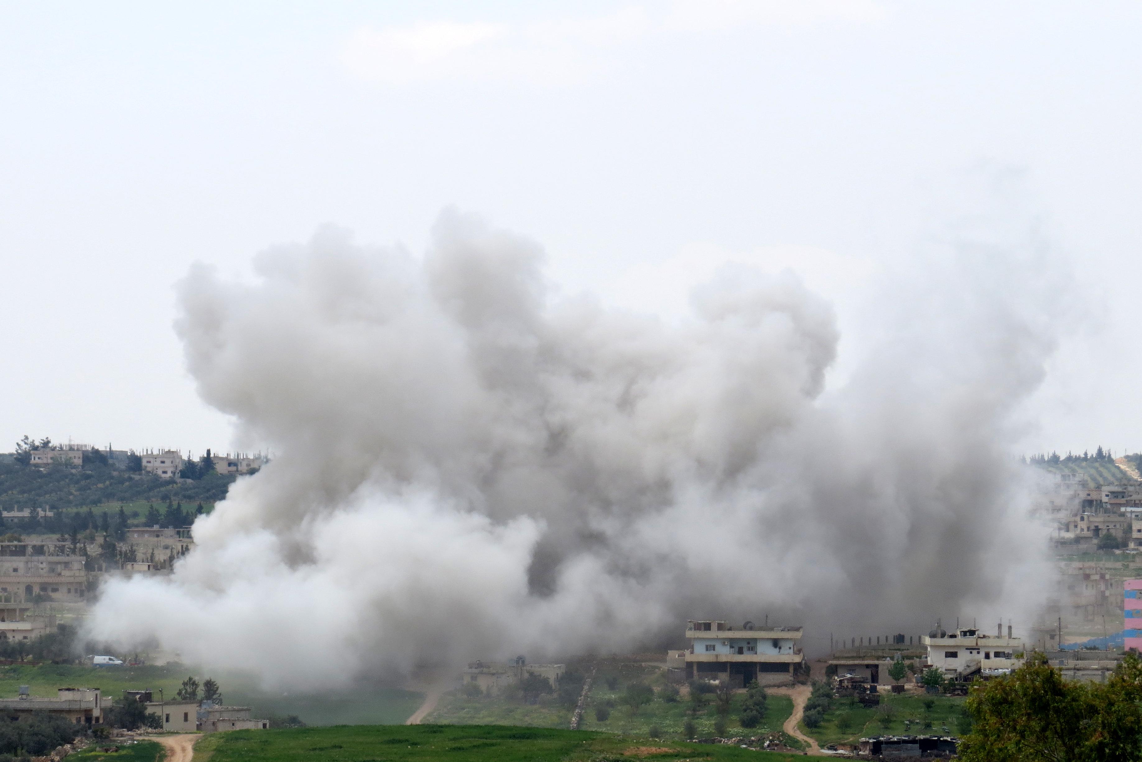 Suriye'de askeri muhalifler, ülkenin güneyindeki Dera ilinin merkezindeki ilerleyişlerini sürdürüyor. Dera il merkezi, kuzeyde Dera Mahata (yeni şehir) ile güneyde Dera Beled (eski şehir) olmak üzere iki kısımdan oluşuyor. Beşşar Esed rejimi güçleri, Dera Mahata'nın büyük bölümüne hakimken, Dera Beled'de sadece Menşiyye semtini elinde tutuyor. Dera il merkezinin yüzde 45'ine hakim olan askeri muhalifler, iki ay önce rejimin yoğun hava saldırılarına karşılık operasyon başlatmıştı. Rejime bağlı savaş uçaklarının Dera'ın Menşiyye semtini bombalamasının ardından bölgeden dumanlar yükseldi. ( Ammar Al Ali  - Anadolu Ajansı )
