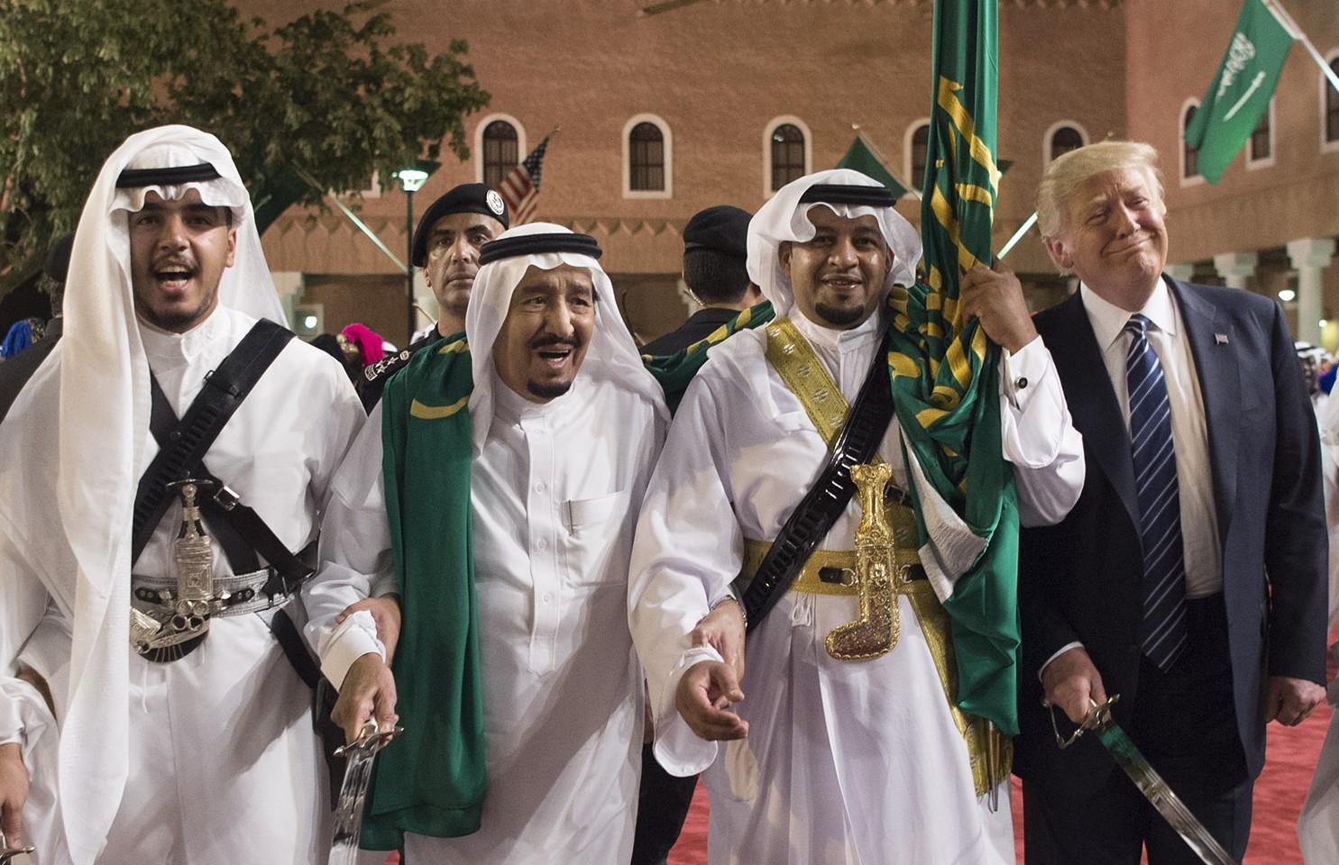 Suudi Arabistan Kralı Selman bin Abdulaziz (sol 2), ilk yurt dışı ziyaretinde Suudi Arabistan'a gelen ABD Başkanı Donald Trump'ın (sağ 2) onuruna başkent Riyad'daki Murabba Sarayı'nda akşam yemeği verdi. ABD Başkanı Trump, düzenlenen karşılama töreninde geleneksel kılıç dansı ile Kral Abdulaziz'e eşlik etti. ( Bandar Algaloud / Suudi Kraliyet Divanı / Handout - Anadolu Ajansı )