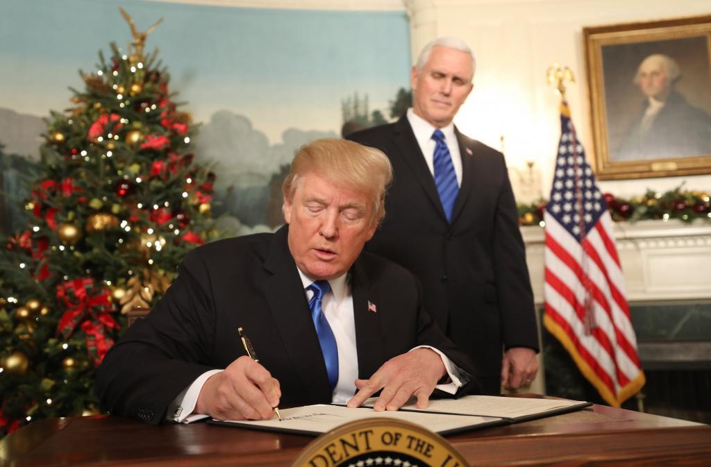 Donald Trump Kudüs Kararını imzalıyor