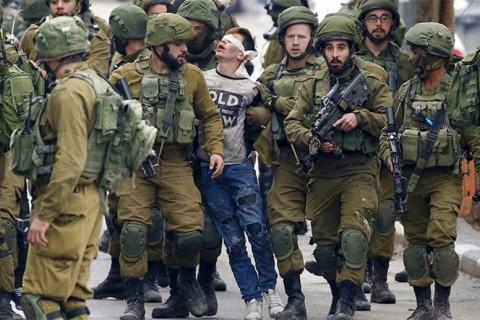 Fevzi el Cündi, siyonist askerler tarafından götürülüyor