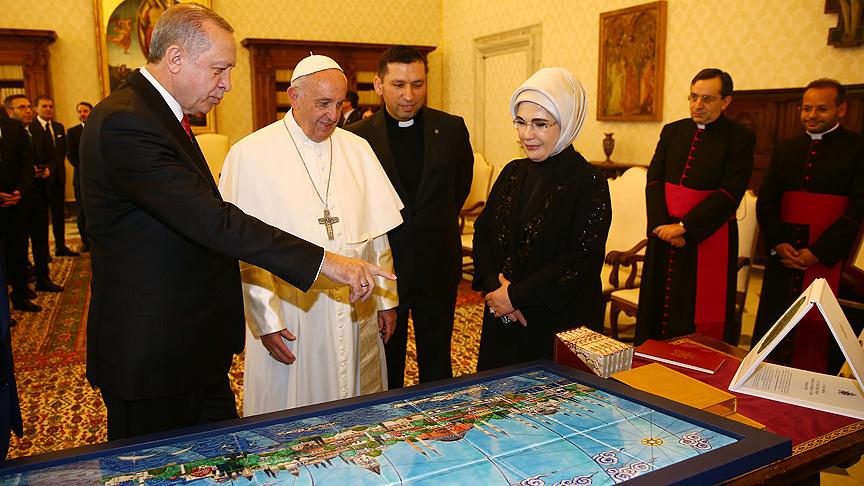 Cumhurbaşkanı Recep Tayyip Erdoğan, eşi Emine Erdoğan ve Papa Francis ve yakın ekibi