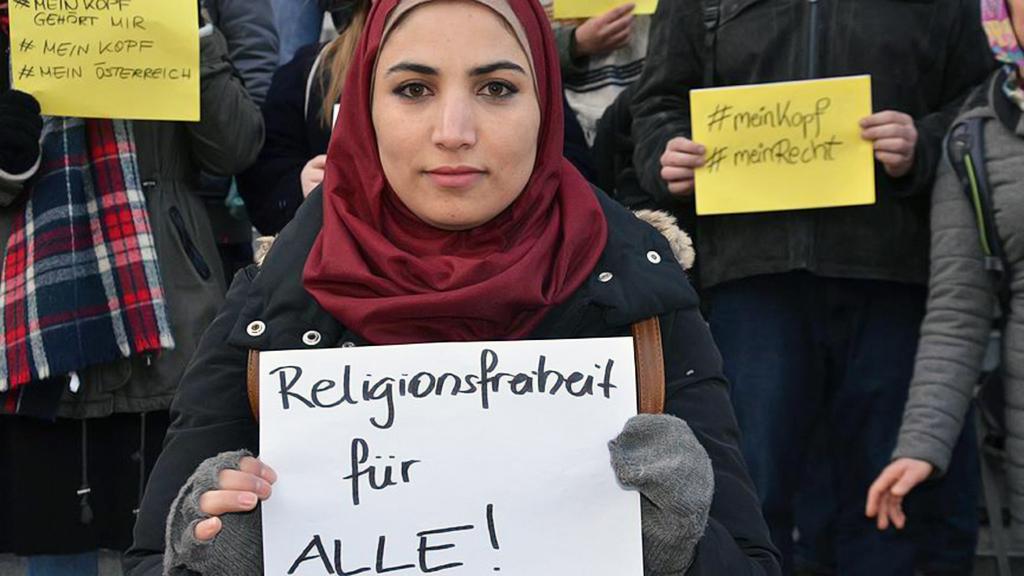 Avusturya'da başörtüsü yasağına karşı protestoda bulunan bir Müslüman