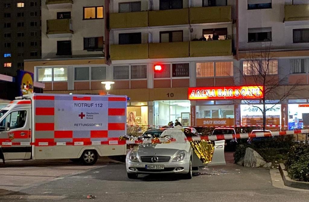 20 فبراير 2020 | في موقع الهجوم الإرهابي المسلح العنصري في هاناو ، هيسن ، ألمانيا ، استمر التحقيق في موقع الجريمة في ليلة اليوم التالي.
