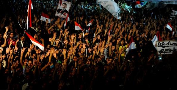 """Mısır'da katliamın yapıldığı Rabiatül Adevviye Meydanı'nın ve darbe karşıtı gösterilerin sembolü dört parmakla yapılan """"Rabia işareti"""" oldu. (Mohamed Hossam - Anadolu Ajansı)"""
