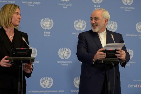 Avrupa Birliği (AB) Dış İlişkiler ve Güvenlik Politikası Yüksek Temsilcisi Federica Mogherini ve İran Dışişleri Bakanı Cevad Zarif, Birleşmiş Milletler (BM) Viyana Ofisi'nde düzenlediği ortak basın toplantısında, İran'a uygulanan ekonomik ve finansal yaptırımların kaldırıldığını açıkladı. ( Hasan Tosun - AA )