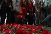 Sabah saatlerinden itibaren Ankara'daki terör saldırısının gerçekleştirildiği Merasim Sokak'a gelen bazı STK üyeleri ve vatandaşlar, hayatını kaybedenler anısına yola karanfiller bıraktı. ( Evrim Aydın - Anadolu Ajansı )