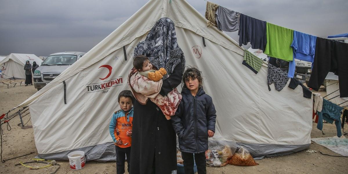 Suriye'de Rus uçaklarının Halep'in kuzeyindeki muhaliflerin denetiminde olan ilçe, belde ve köylere yönelik saldırıları sebebiyle 40 bin Suriyeli, Halep'in Azez ilçesi ile sınırdaki çadır kente geldi. Halep'deki salıdırlardan kaçan Emine Zaden, çocukları Alil, İsra (sağda) ve Abdurrahman Ali (solda) ile birlikte Halep'in Azez ilçesindeki Bab Es Selame çadır kentinde yaşıyor. ( Fatih Aktaş - Anadolu Ajansı )