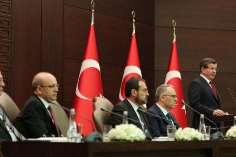 Başbakan Ahmet Davutoğlu, Çankaya Köşkü'nde düzenlediği basın toplantısında, 2016 Turizm Eylem Planı'nı açıkladı. Toplantıya Başbakan Yardımcısı Mehmet Şimşek (sol 2), Ekonomi Bakanı Mustafa Elitaş (solda), Maliye Bakanı Naci Ağbal (sol 4), Kültür ve Turizm Bakanı Mahir Ünal (sol 3) da katıldı. ( Halil Sağırkaya - Anadolu Ajansı )