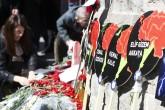 Ankara'daki terör saldırısının yaşandığı Kızılay'da vatandaşlar, patlamanın yaşandığı noktaya gün boyu ziyarette bulundu. Patlamanın yaşandığı alana gelen vatandaşlar, hayatını kaybedenler için dua etti, patlamanın olduğu yere karanfil bıraktı. ( Murat Kula - Anadolu Ajansı )