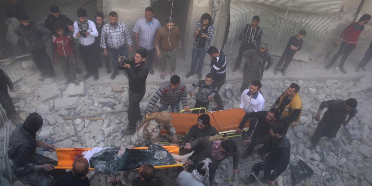 Suriye'de kısmi ve geçici ateşkes niteliğindeki anlaşmayı ihlal eden Rus savaş uçakları, Halep'te muhaliflerin kontrolündeki Salihiyin semtine saldırı düzenledi. Yerleşim yerlerinin isabet aldığı saldırıda çok sayıda ölü ve yaralının olduğu bildirildi. Saldırıda yaralananlar, enkaza dönen binalardan sivil savunma ekiplerince kurtarıldı. ( İbrahim Ebu Leys - Anadolu Ajansı )
