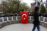 Ankara'daki terör saldırısının yaşandığı Kızılay'da trafiğin normale dönmesinin ardından vatandaşlar, patlamanın yaşandığı noktaya gün boyu ziyarette bulundu. Patlamanın yaşandığı alana akın eden vatandaşlar, hayatını kaybedenler için dua etti, patlamanın olduğu yere karanfil bıraktı. ( Güven Yılmaz - Anadolu Ajansı )