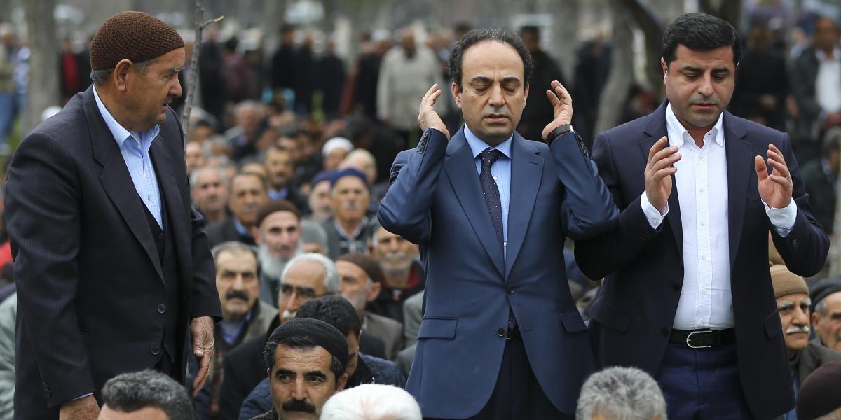 HDP Eş Genel Başkanı Selahattin Demirtaş, dün düzenlediği basın toplantısında yaptığı çağrı sonrası cuma namazını kılmak üzere HDP Şanlıurfa Milletvekili Osman Baydemir ile Sümerpark'a geldi. Vatandaşlarla bir süre görüşen Demirtaş ve Baydemir, daha sonra vatandaşlarla namaz kıldı. ( Emrah Yorulmaz - Anadolu Ajansı )