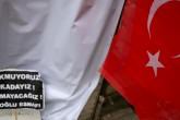 İstanbul'un Beyoğlu ilçesindeki İstiklal Caddesi'nde dün meydana gelen canlı bomba saldırısının gerçekleştiği yere vatandaşlar Türk Bayrakları ve terör saldırısını kınayan pankartlar bıraktı.  ( Onur Çoban - Anadolu Ajansı )