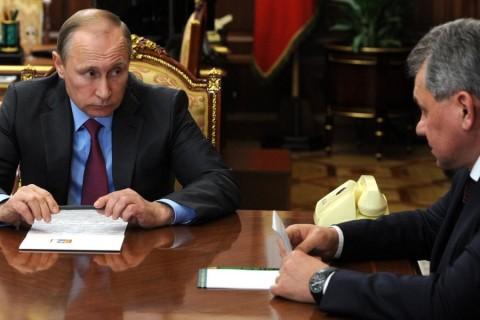 Rusya Devlet Başkanı Vladimir Putin'in, Suriye'deki Rus güçlerinin büyük bölümünün çekilmesi için emir verdiği duyuruldu. Rus haber ajansı TASS, Putin'in, Dışişleri Bakanı Sergey Lavrov ve Savunma Bakanı Sergey Şoygu (sağda)  ile Suriye'deki duruma ilişkin bir görüşme yaptığını duyurdu. ( Kremlin Basın Merkezi  - Anadolu Ajansı )