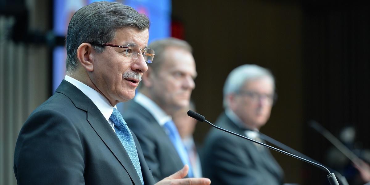 Brüksel'de düzenlenen Türkiye-AB Zirve toplantısı sona erdi. Zirve toplantısına katılan Başbakan Ahmet Davutoğlu (solda),  AB Konseyi Başkanı Donald Tusk (ortada), Avrupa Komisyonu Başkanı Jean-Claude Juncker (sagda) ortak basın toplantısı düzenledi.  ( Dursun Aydemir - Anadolu Ajansı )