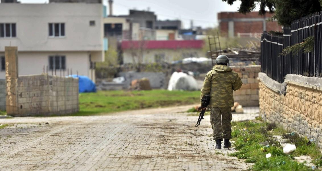 Mardin'de terör örgütü PKK mensuplarına yönelik operasyonların sürdüğü Nusaybin'de teröristlerin ateşe verdiği Misak-ı Mili Ortaokulu, büyük oranda zarar gördü. Okulun yaklaşık 300 metre ilerisinde operasyonlar devam etti. ( Stringer - Anadolu Ajansı )