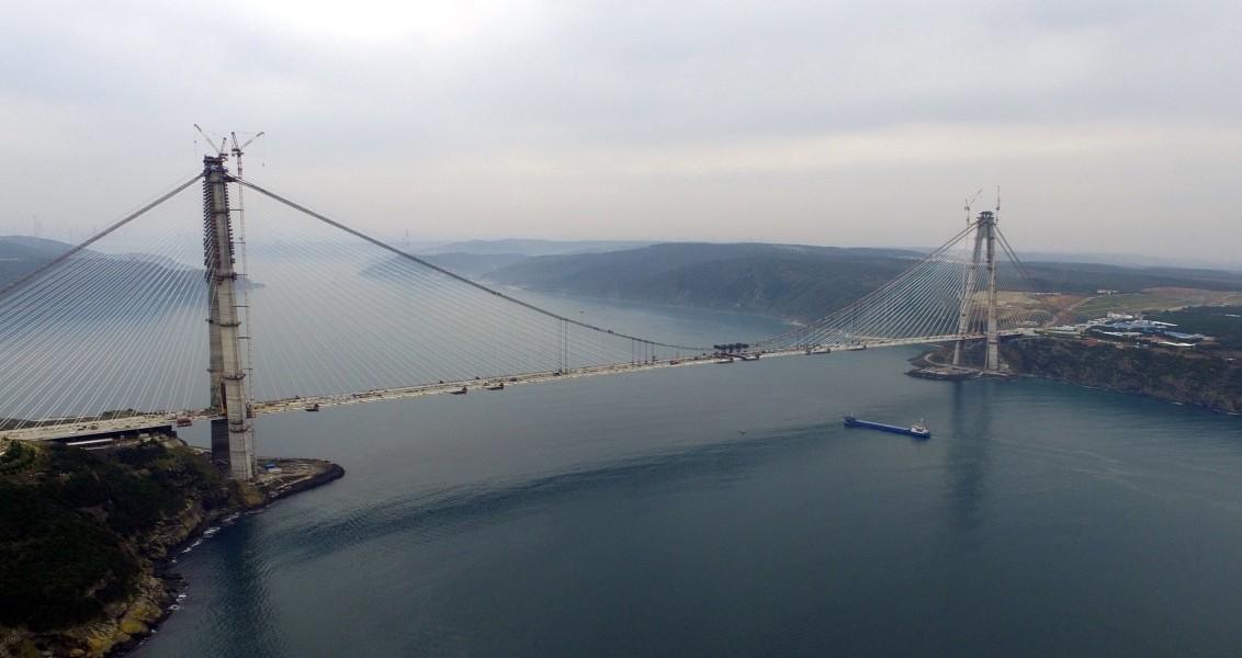 Cumhuriyet tarihinin en önemli altyapı projeleri arasında gösterilen Yavuz Sultan Selim Köprüsü'nde çalışmalar aralıksız sürüyor. AA, İstanbul'un iki yakasını 3. defa birleştirecek köprüdeki son durumu havadan görüntüledi. ( Umut Özgan - Anadolu Ajansı )