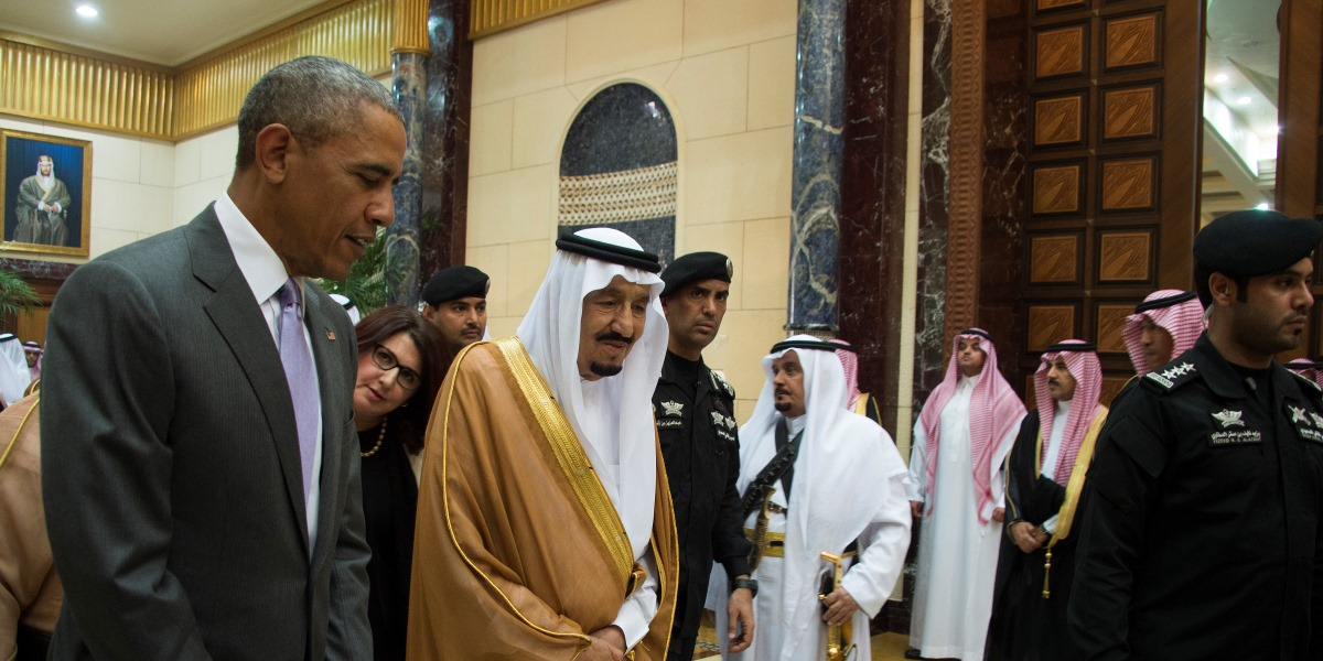 US President Barack Obama (L) speaks with King Salman bin Abdulaziz al-Saud of Saudi Arabia at Erga Palace in Riyadh, on April 20, 2016. Obama arrived in Saudi Arabia for a two-day visit hoping to ease tensions with Riyadh and intensify the fight against jihadists. / AFP PHOTO / Jim Watson