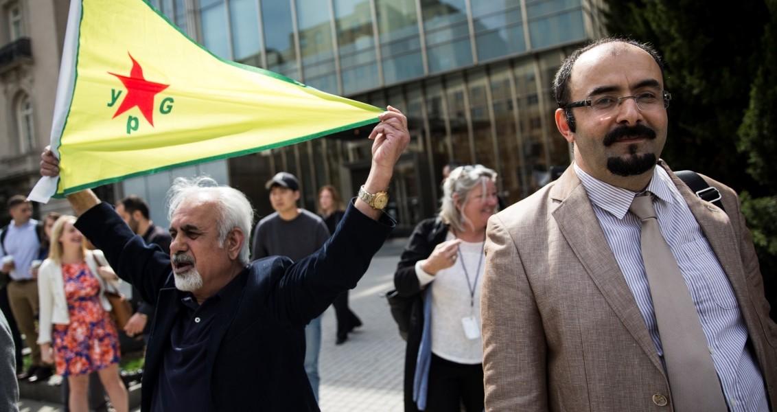 """Terör örgütü PKK destekçileri, Fetullahçı terör örgütü/Paralel devlet yapılanması (FETÖ/PDY) üyeleri ve ulusalcılardan oluşan küçük gruplar Cumhurbaşkanı Recep Tayyip Erdoğan'ı protestoda birleşti. Erdoğan, Nükleer Güvenlik Zirvesi'ne katılmak üzere geldiği ABD'nin başkenti Washington'da düşünce kuruluşu Brookings Enstitüsü'nde """"Küresel sınamalar ve Türkiye'nin 2023 hedefleri"""" başlıklı bir konuşma yaptı.Cumhurbaşkanı Erdoğan'ın düşünce kuruluşuna gelişi esnasında, PKK destekçileri, FETÖ üyeleri ile ulusalcılardan oluşan küçük gruplar binanın karşısındaki kaldırım üzerinde yan yana sıralanarak Erdoğan ve Türkiye aleyhine pankartlar açıp sloganlar attı.PKK'ya destek veren küçük bir grubun YPG flamaları ve terör örgütü PKK elebaşısı Abdullah Öcalan posterleriyle protesto gösterisine katılmaları dikkat çekti. Hakkında yakalama kararı bulunan paralel yapının önde gelen isimlerinden Emre Uslu da küçük bir grupla birlikte protestoya katıldı. ( Samuel Corum - Anadolu Ajansı )"""