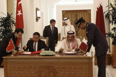 Başbakan Ahmet Davutoğlu, Katar Başbakanı Şeyh Abdullah Bin Nasser Bin Khalifa Al Thani ile görüşmesinin ardından heyetlerarası görüşme gerçekleştirildi. Görüşmeler kapsamında iki ülke arasında anlaşma imzalandı; anlaşmaya Türkiye adına Milli Savunma Bakanı İsmet Yılmaz imza attı.  ( Halil Sağırkaya - Anadolu Ajansı )