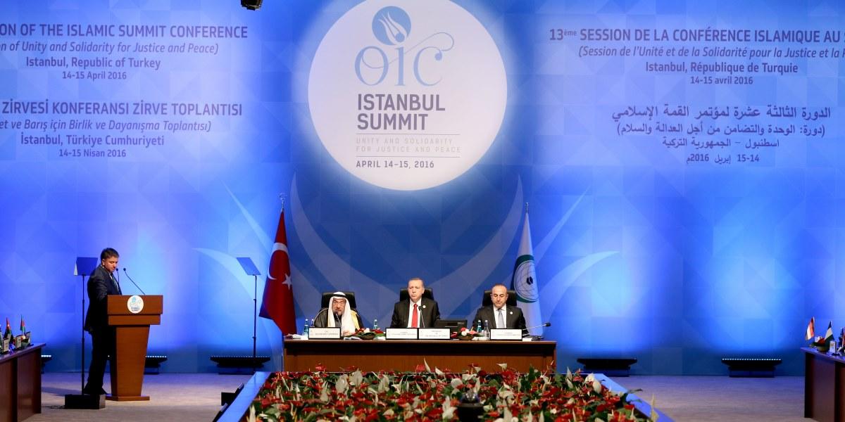 İslam İşbirliği Teşkilatı (İİT) 13. İslam Zirvesi, İİT üyesi 30'un üzerinde ülkenin devlet ve hükümet başkanlarının katılımıyla İstanbul Kongre Merkezi'nde başladı. Cumhurbaşkanı Recep Tayyip Erdoğan konferansın açılışında konuşma yaptı. ( İslam Yakut - Anadolu Ajansı )