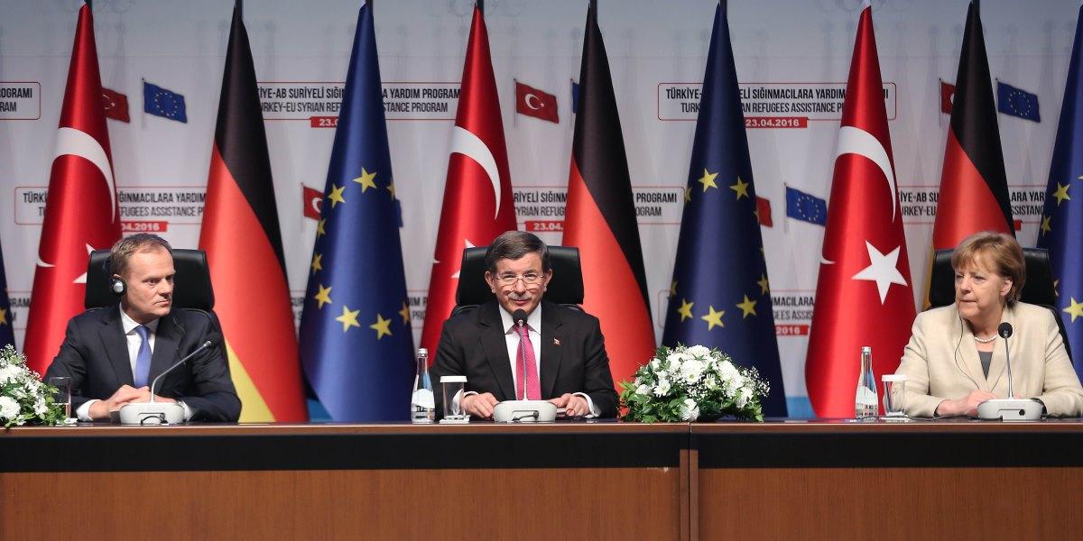 Başbakan Ahmet Davutoğlu (ortada) Almanya Başbakanı Angela Merkel (sağda), AB Konseyi Başkanı Donald Tusk (solda) ve AB Komisyonu Birinci Başkan Yardımcısı Frans Timmermans Gaziantep Üniversitesi Kongre ve Sanat merkezi'nde Türkiye - AB Suriyeli sığınmacılara yardım programı açılışına katılarak basın toplantısı gerçekleştirdiler. ( Tevfik Göztepe - Anadolu Ajansı )