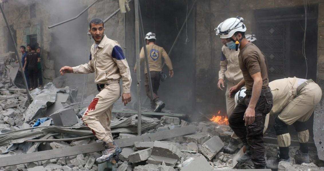 Suriye ordusuna ait savaş uçağı Halep'in Bustan el Kasr semtinde yerleşim yerine saldırdı. Yaralıların olduğu belirtilen saldırıda, çevrede bulunan dükkanlarda ağır hasar meydana geldi. Bölgede, sivil savunma ekipleri tarafından arama kurtarma çalışması başlatıldı.  ( Beha el Halebi - Anadolu Ajansı )