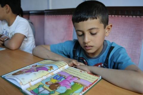 Ülkelerindeki olaylardan kaçarak aileleriyle Hatay'ın Reyhanlı ilçesine gelen ve burada kendileri için açılan okullarda eğitimini sürdüren Suriyeli çocuklara, Afak Geçici Eğitim Merkezi bünyesinde kütüphane açıldı.  ( Cem Genco - Anadolu Ajansı )
