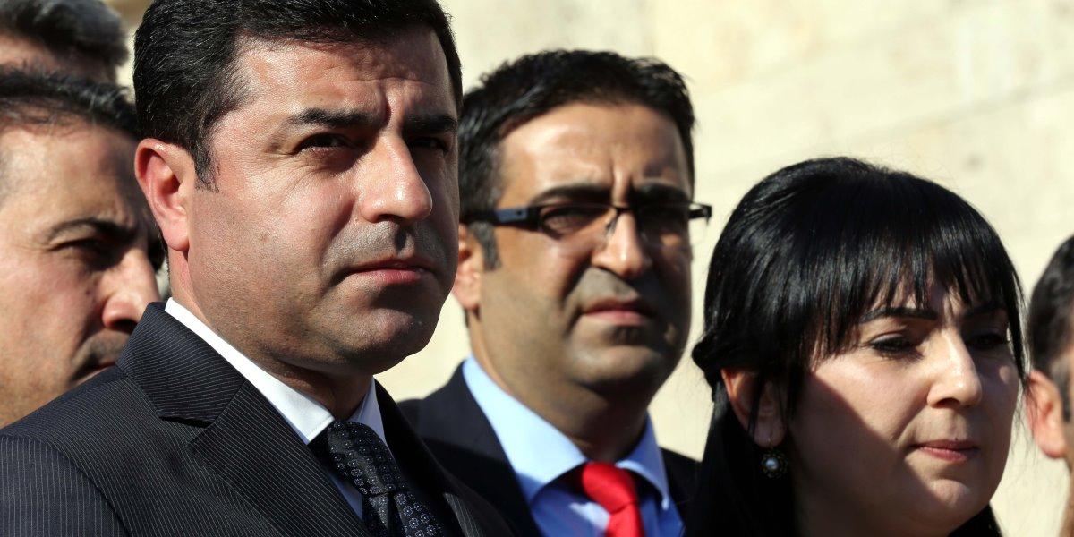 HDP Eş Genel başkanları Selahattin Demirtaş ve Figen Yüksekdağ, beraberindeki milletvekilleriyle Mecliste gazetecilere açıklamalarda bulundu.  ( Raşit Aydoğan - Anadolu Ajansı )