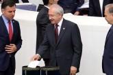 TBMM Genel Kurulu Milletvekillerinin dokunulmazlıklarının kaldırılmasına ilişkin görüşmelerin ikinci tur oylamasına geçildi. CHP Genel Başkanı Kemal Kılıçdaroğlu da genel kurula gelerek oyunu kullandı.  ( Raşit Aydoğan - Anadolu Ajansı )