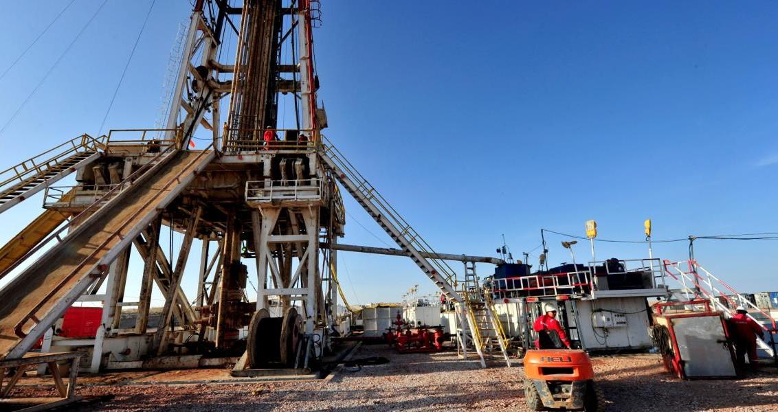 Tuz Gölü'nün güneyinde 1 milyar metreküp doğalgazın depolanarak ihtiyaç duyulduğunda kullanılacağı Tuz Gölü Yeraltı Doğalgaz Depolama Projesi'nde 12 sondaj kuyusundan 4'ünün açıldığı, 5. kuyuda çalışmaların devam ettiği belirtildi. (Murat Öner TAŞ - Anadolu Ajansı)
