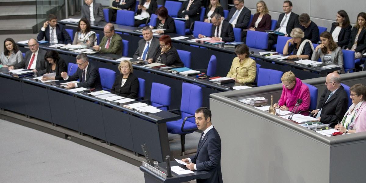 Alman Federal Meclisi (Bundestag), 1915 olaylarına ilişkin Ermeni iddialarını tanıyan karar tasarısını oy çokluğuyla kabul etti.Tasarıda imzası bulunan Yeşiller Partisi Eş Başkanı Cem Özdemir de (önde) konuşma yaptı.  ( Mehmet Kaman - Anadolu Ajansı )