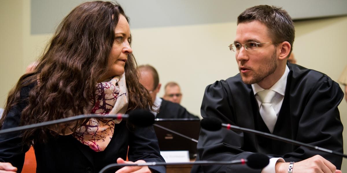 Almanya'da 2000-2007 yıllarında 8'i Türk 10 kişiyi öldürmek, banka soymak ve bombalı saldırılarda bulunmakla suçlanan Nasyonal Sosyalist Yeraltı (NSU) terör örgütü üyesi Beate Zschaepe ve örgüte yardım eden 4 kişinin Münih Yüksek Eyalet Mahkemesi'nde yargılanmasına devam edildi. Duruşmaya zanlı Beate Zschaepe (solda) ve avukatı Mathias Grasel de (sağda) katıldı. ( Joerg Koch - Anadolu Ajansı )