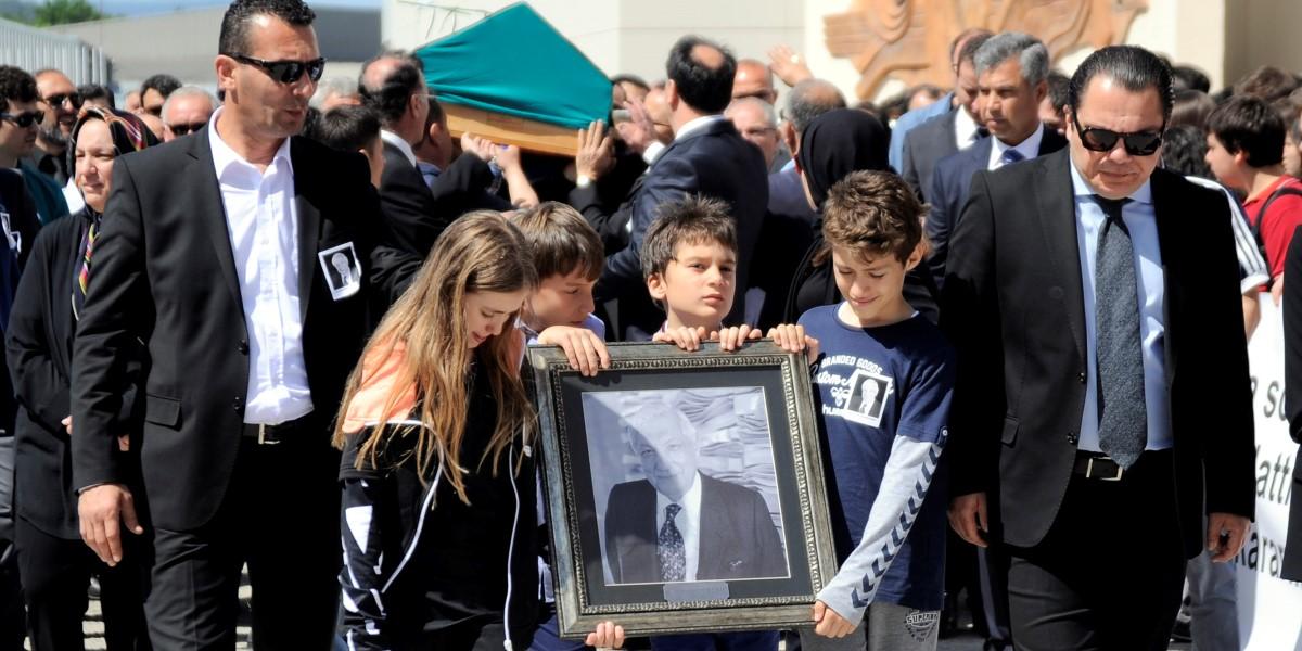 İstanbul'da 88 yaşında vefat eden Kale Grubu'nun kurucusu ve Onursal Başkanı İbrahim Bodur için Çanakkale'nin Çan ilçesinde bulunan Kaleseramik Fabrikaları Camisi'nde cenaze namazı kılındı. Bodur'un cenazesi, ailesi, çalışanları, yakınları ve vatandaşların omuzunda Çanakkale Seramik Fabrikaları binası önüne getirildi. ( Mehmet Bayer - Anadolu Ajansı )