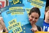 """İngiltere'nin başkenti Londra'da toplanan Avrupa Birliği üyeliğini destekleyen yüzlerce kişi Trafalgar Meydanı'nda düzenlenen """"YES to Europe"""" programına katıldı.  ( Kate Green - Anadolu Ajansı )"""